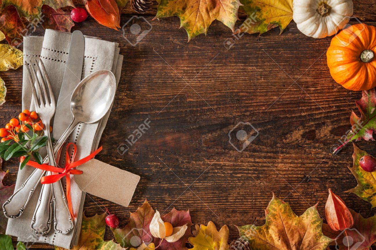 thanksgiving autumn place setting with cutlery and arrangement